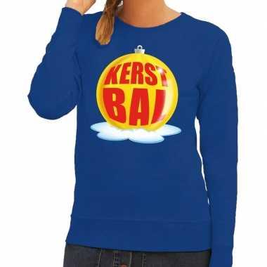Foute kersttrui kerstbal geel op blauwe sweater dames