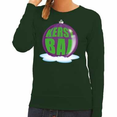 Foute kersttrui kerstbal paars op groene sweater dames